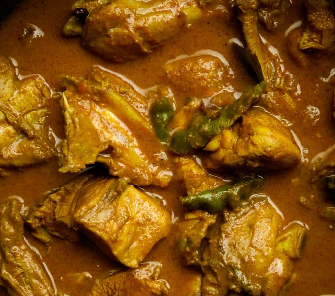 Adelicious and spicy curry made up Sri Lankan curry powder and cooked in coconut milk. If you want to taste Sri Lankan food at its best then try this slow cooked chicken curry. #chicken #curry #srilankan #spicy #glutenfree #meal #dinner