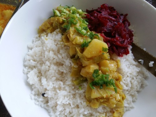A simple Srilankan meal with Rice, Fish curry cooked in Tamarind and Coconumilk, a mild leeks and Potatao curry, Beets and Shallots.
