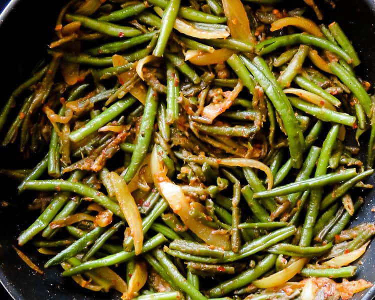 Sri Lankan spicy green beans stir-fry(bonchi thel dala). A vegan Sri Lankan stir-fry recipe you can cook in 30 minutes.