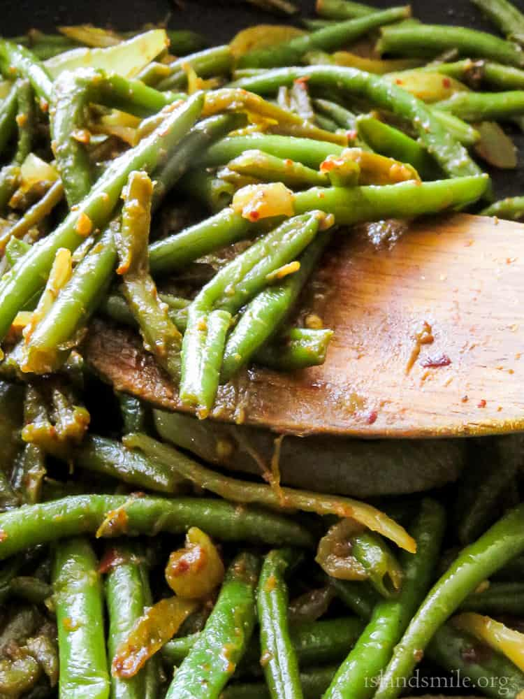 Sri Lankan spicy green beans stir-fry(bonchi thel dala). A vegan Sri Lankan stir-fry recipe you can cook in 30 minutes. There's no coconut milk to tone down the spice level but with a creamy potato curry or a pumpkin curry, this Asian bean side dish balances a plate of Sri Lankan food.