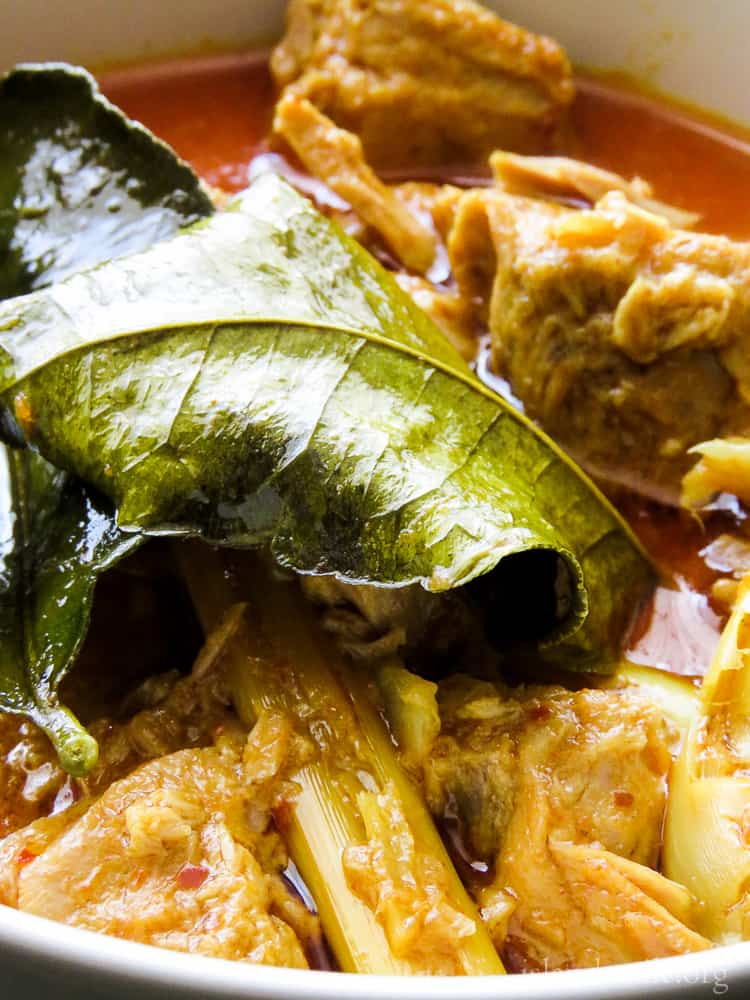 spicy canned tuna fish curry with thai ingredients, a one pot curry for you.