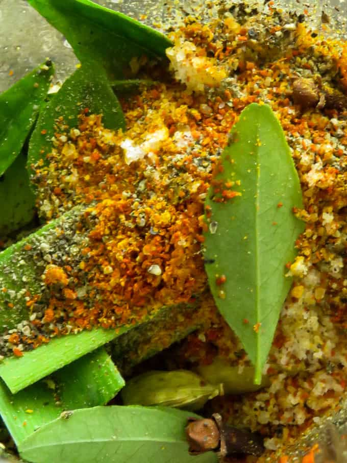 grind the spices to make the sour fish in a blender.