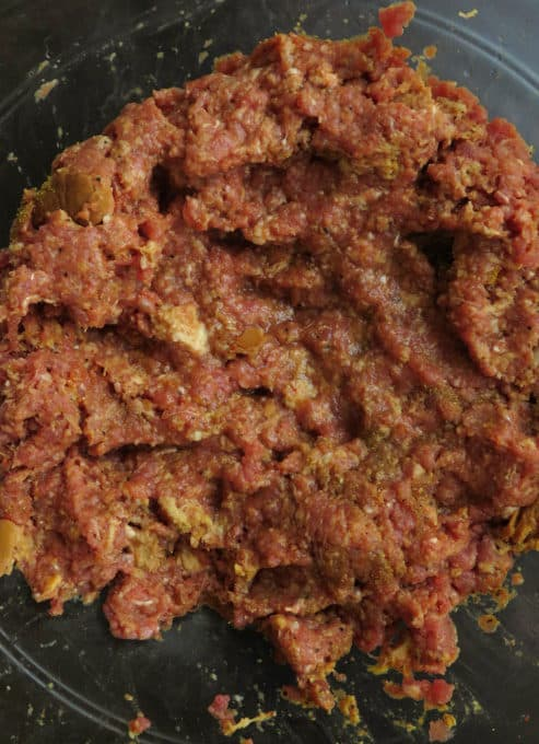 Combine the bread pulp and beef well for 3-5 minutes.