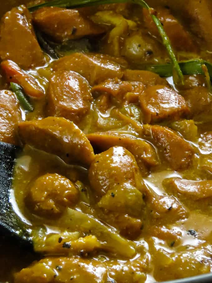 how to make sri lankan sausage curry.